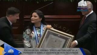 La reacción de Ariela Cáceres al recibir el galardón por parte del CN