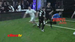 Diego Maradona es derribado por Materazzi en partido amistoso