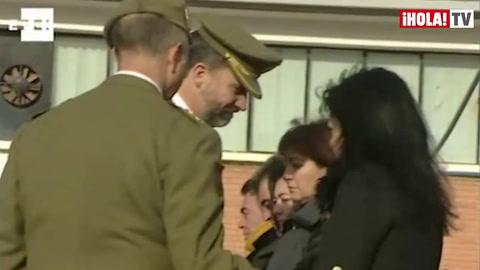 El príncipe Felipe impone la Cruz del Mérito Militar a un sargento sargento fallecido en Afganistán