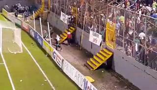 Momentos cuando los aficionados rompen el portón para iniciar el vandalismo en el Morazán