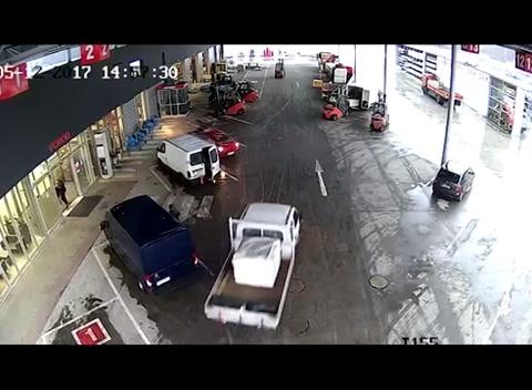 Trabajadores con montacargas detienen ladrones cuando salían de asaltar