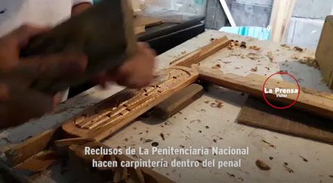 Reclusos de La Penitenciaria Nacional hacen carpintería dentro del penal