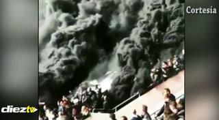 La bomba de humo negro de la hinchada del Ajax en el clásico contra el PSV