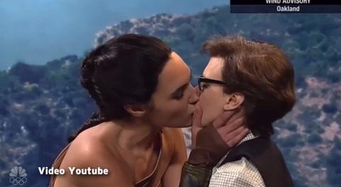 Gal Gadot besó apasionadamente a actriz en SNL