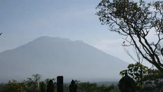Actividad de volcán en Bali provoca alerta máxima