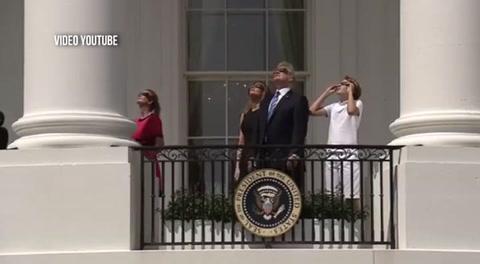 La familia Trump observa el eclipse solar desde el balcón de la casa presidencial