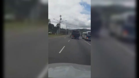Conductores de buses rapiditos apunto de provocar un accidente vial