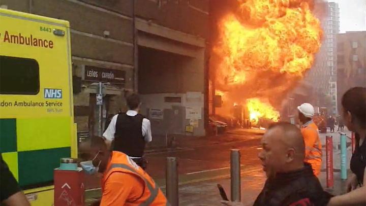 ระเบิด - ไฟไหม้รุนแรง สถานีรถไฟใต้ดินกลางลอนดอน