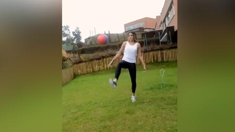 Exesposa de James Rodríguez, demuestra su habilidad con el balón