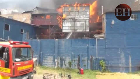 Fábricas y viviendas son consumidas por pavoroso incendio en Aldea El Lolo