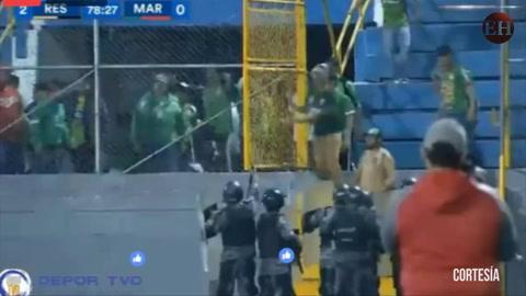 En batalla campal termina partido entre Real España-Marathón02