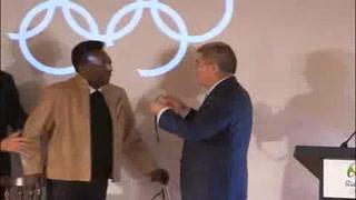 Pelé recibe máxima distinción del Comité Olímpico