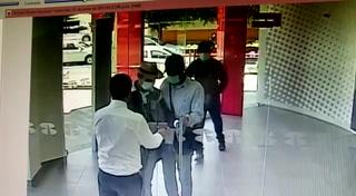 Empleado bancario cierra la puerta justo para evitar asalto