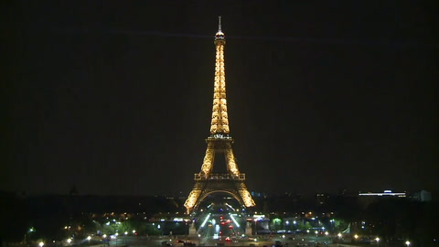 La Torre Eiffel honra a víctimas de atentado en Mogadiscio