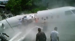 Norteamericano sale caminando de la avioneta accidentada en Toncontín