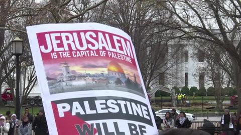Cientos de musulmanes oran delante de la Casa Blanca