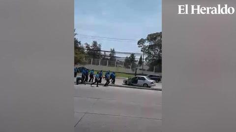 Conductor se escapa de ser linchado luego de golpear un taxi