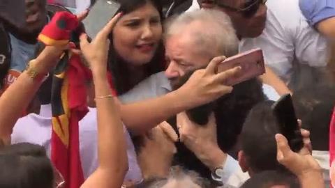 Lula, sin título, agita su candidatura en gira por Brasil
