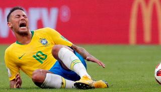 Neymar se ríe de sí mismo simunlando una falta y causa furor en redes sociales