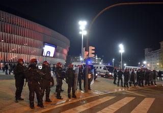 Terror en Bilbao: un policía muerto deja pelea entre aficionados del Athletic y del Spartak de Moscú