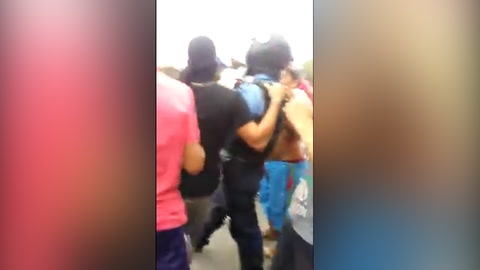 Miembro de la Policía a punto de ser linchado por manifestantes