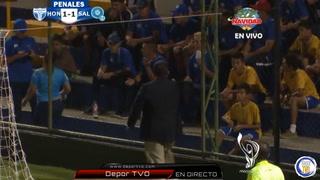 Árbitro central manda al comisario a callar a los aficionados durante el partido Honduras vs El Salvador