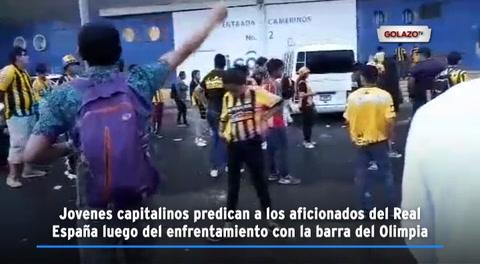 Jovenes capitalinos predican a los aficionados del Real España luego del enfrentamiento con la barra del Olimpia
