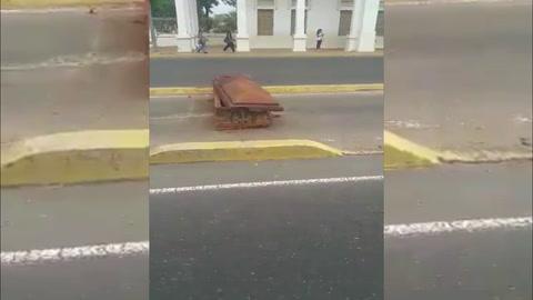 Manifestantes bloquean calles con ataúdes de tumbas profanadas