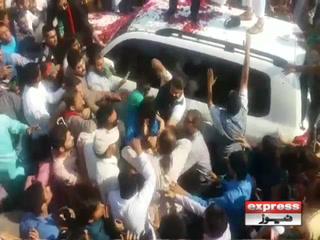 عمران خان کی گاڑی کے قریب جانے والے شخص پر بدترین تشدد