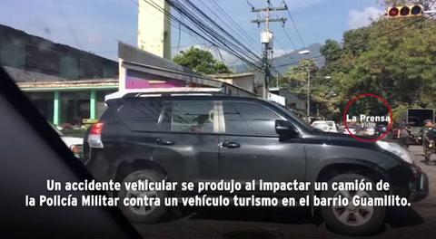 Impacto entre dos autos provoca pánico entre vendedores de flores en Guamilito