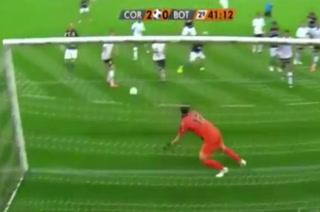 Impresionante doble atajada de arquero brasileño nunca antes vista en el fútbol