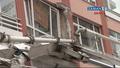 Dev vinç binanın üzerine devrildi