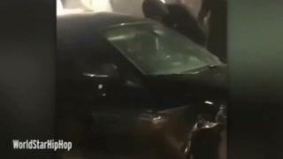 Una mujer destroza la ventana de un auto con una patada