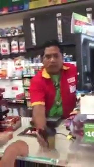Cajero discute con cliente y arroja café