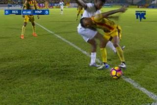 Patadón de Lisandro Gutiérrez a Chino López enfada al técnico Londoño y se va expulsado