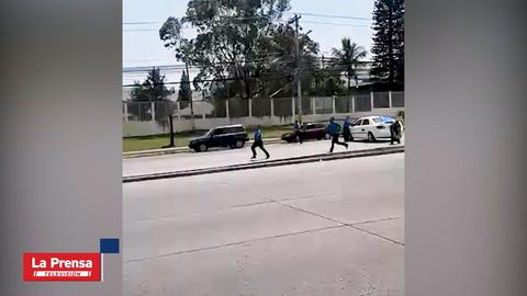 Conductor avalanza su vehículo contra taxi en paro