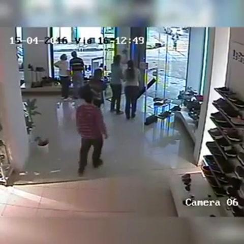 Tornado pasando por la ciudad de Texas, EEUU fue capturado en la cámara