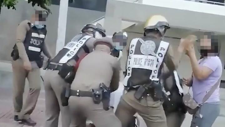 ตำรวจผิดมั้ย? รุมจับหนุ่มต้องสงสัย 5 ต่อ 1 หญิงมาด้วยทุบ-ขัดขืนเจ้าหน้าที่