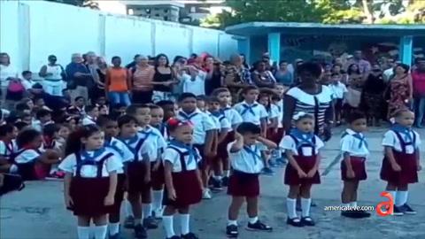 Captado en cámara niño de primaría tapándose los oídos ante molesto discurso comunista en escuela de Cuba
