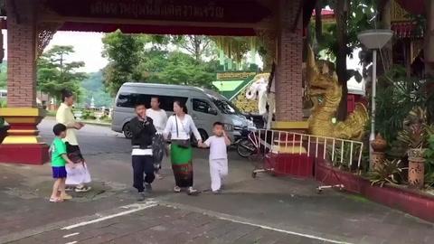 Niños de la cueva de Tailandia participan de ceremonia budista