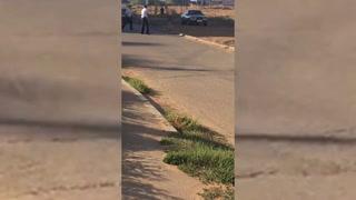Hombre decapita a bebé y carga su cabeza por la calle