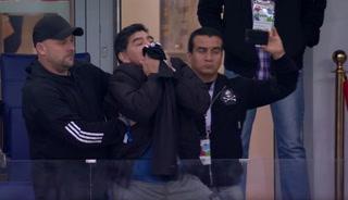 Maradona besa camisa de Messi en la goleada ante Croacia