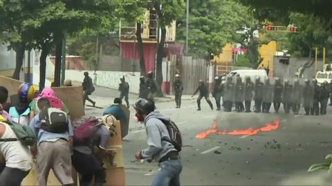 Chocan policía y opositores en inicio de paro en Venezuela