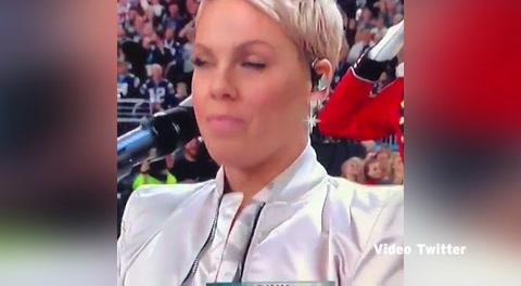 Pink se saca un chicle de la boca al ser presentaa en el Superbowl 2018