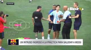 Hincha burla seguridad para conseguir un abrazo de Lionel Messi