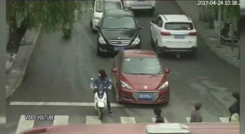 Una niña se salva de milagro tras ser atropellada por dos vehículos