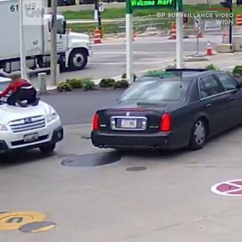 Mujer evita a toda costas que ladrones le llevan su vehículo