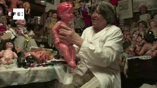 Un 'doctor' de muñecas que restaura recuerdos