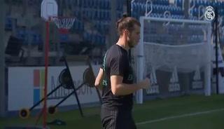 Bale ya trabaja en el césped
