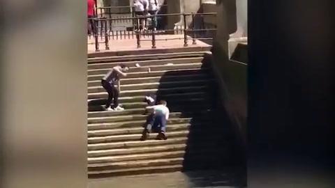 Hombre se desliza de las gradas y va a caer al río.